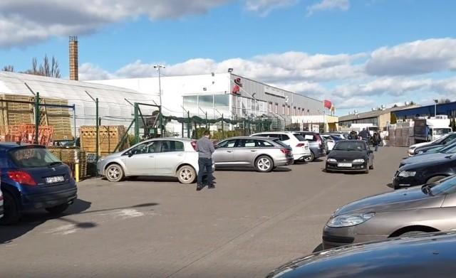 Pracownicy Średzkiego Szpitala Serca Jezusowego opublikowali w sobotę, 14 marca film z parkingu jednego z marketów budowlanych.