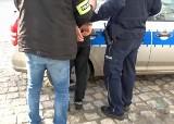 Recydywista włamywał się do samochodów w Brzegu i Grodkowie. Kradł radia, kamerki, elektronarzędzia. Straty to 25 tysięcy złotych
