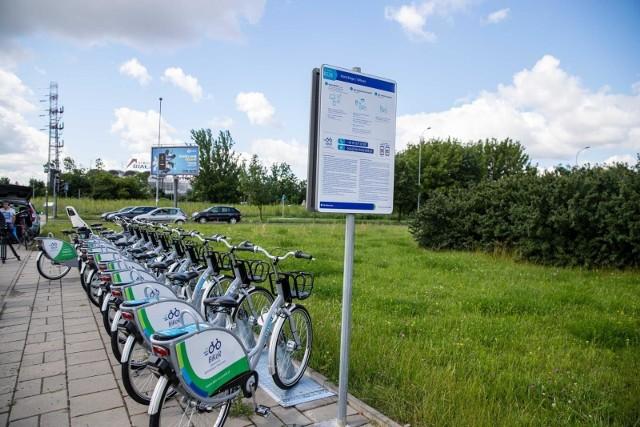 """Na stacjach BiKeR, tak jak w poprzednim sezonie, nie ma urządzeń dokujących, do których wsuwa się rower. Zamknięcie roweru przy zwrocie następuje przy pomocy """"blokady O-lock"""", która jest na tylnym kole i w czasie jazdy pozostaje otwarta."""