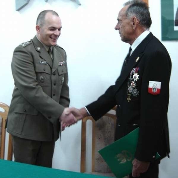 Płk Jacek Mroczek i Juliusz Maria Krawacki podpisali porozumienie o wzajemnej współpracy.