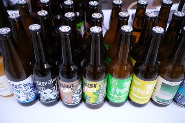 Czy w przyszłym roku, w związku z podwyżką akcyzy, butelka wysokoprocentowego piwa może kosztować 10 złotych. Są i takie czarne dla piwoszy scenariusze, do których dotarli między innymi Fakt i portal money.pl. Ich zdaniem z jednej strony to wynik walki o rynek pomiędzy branżą spirytusową a piwną, z drugiej natomiast luki w budżecie państwa.WIĘCEJ NA KOLEJNYCH STRONACH>>>