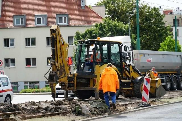 Trwa naprawa nawierzchni torowej na łuku w ciągu ciągu ulicy Wyszyńskiego przed mostem Chrobrego w kierunku Śródki