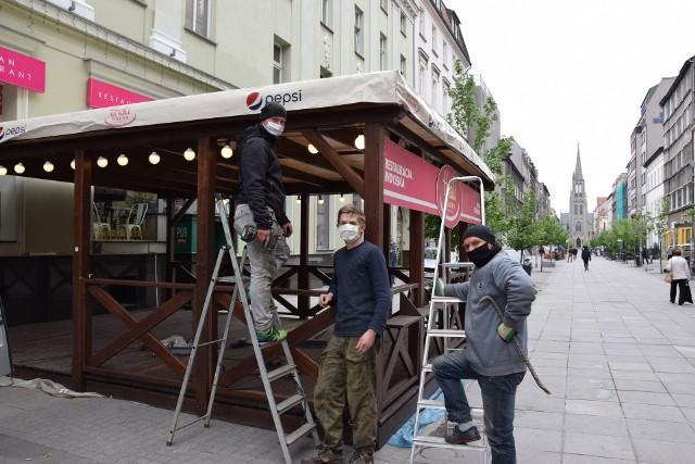Katowice szykują się na otwarcie knajp i restauracji. Na Mariackiej budują ogródki i pucują lokale.Zobacz kolejne zdjęcia. Przesuwaj zdjęcia w prawo - naciśnij strzałkę lub przycisk NASTĘPNE