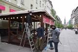 Katowice szykują się na otwarcie knajp i restauracji. Na Mariackiej już budują ogródki. Część lokali startuje 18 maja, ale nie wszystkie