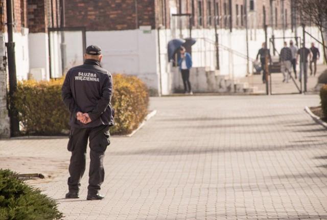Areszt Śledczy w Sosnowcu - tak wygląda budynek, spacerniak czy zajęcia (jedne przed pandemią, drugie w trakcie). Zobacz kolejne zdjęcia. Przesuń zdjęcia w prawo - wciśnij strzałkę lub przycisk NASTĘPNE