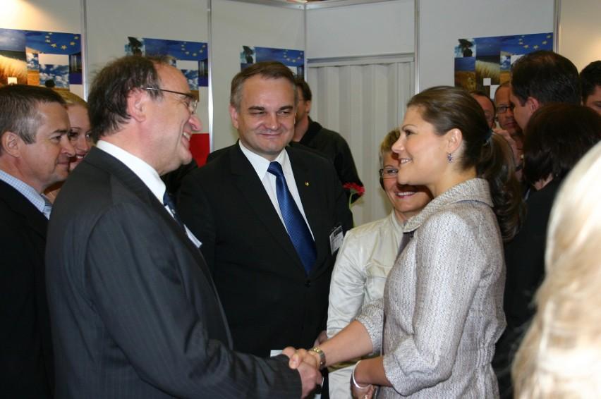 Józef Neterowicz  (z lewej) od lat przekonuje polskie władze do naśladowania Szwecji. Tu wraz z następczynią szwedzkiego tronu, Wiktorią Bernadotte, na spotkaniu z ówczesnym wicepremierem Waldemarem Pawlakiem