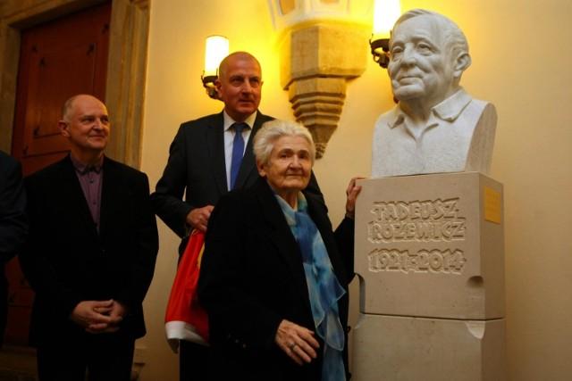 Autorami rzeźby są prof. Marian Molenda i Tomasz Rodziński.  Popiersie ufundowali Helena i Roman Gramzowie, przyjaciele poety