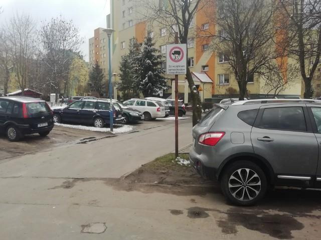 Między blokami na Nowym Dworze trudno znaleźć miejsce do zaparkowania