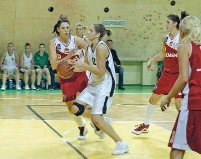 Natalia Pacuła (w białym stroju) poprowadziła Koronę do finału Fot. Wacław Klag