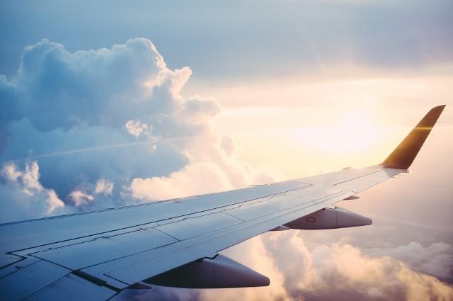 Pojawiające się nowe, długie trasy samolotów skracają czas podróży ze względu na brak konieczności przesiadek. Dalekie dystanse pokonywane przez samoloty zwiększają również prestiż linii lotniczych. Obecnie rekord najdłuższego lotu należy do Singapore Airlines. Właściciele linii chcą zachować pierwsze miejsce i na wrzesień 2019 planują uruchomienie nowego kierunku. Będzie to lot między Singapurem a Seattle. Oto lista najdłuższych lotów na świecie w 2019 roku według odległości --->