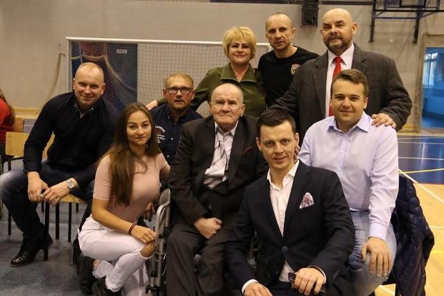Pamiątkowe zdjęcie organizatorów, prezydenta Starachowic Marka Materka, Tatiany Pluty, Pawła Pożogi i Władysława Listka
