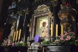 Profanacja Matki Boskiej Częstochowskiej? Policja zatrzymała kobietę za obrazki z tęczową aureolą