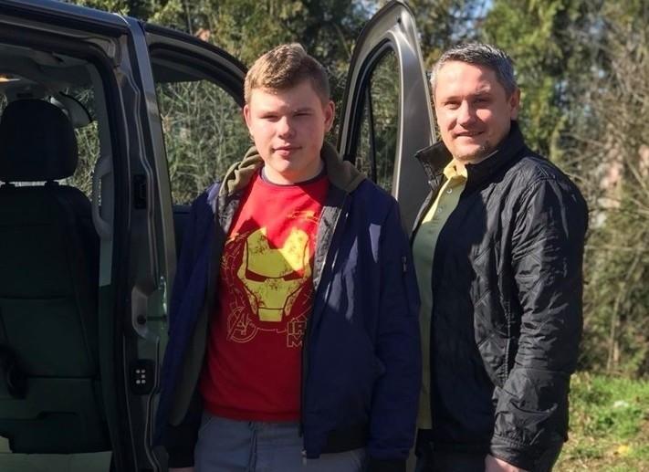 Ryszard Gajda (z prawej) pomaga mieszkańcom gminy Ozimek wspólnie z grupą wolontariuszy. Jednym z nich jest jego 18-letni syn Miłosz.
