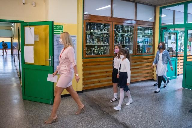 Rząd chce, aby testom na obecność koronawirusa zostali poddani nauczyciele najmłodszych klas szkół podstawowych