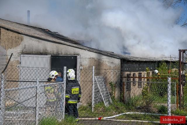 Pożar zakładu produkującej podpałkę w Wilkowiecku w powiecie kłobuckimZobacz kolejne zdjęcia. Przesuwaj zdjęcia w prawo - naciśnij strzałkę lub przycisk NASTĘPNE