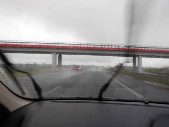 Jazda w typowo jesiennych warunkach do łatwych ani bezpiecznych nie należy. Trzeba więc włączyć odpowiednie światła, trzymać bezpieczną odległość i jeździć nieco wolniej niż latem.