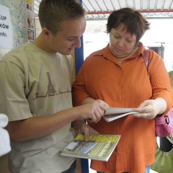 Jolanta Łukasik i jej syn Dominik przyjechali do Opola na podręcz- nikowe zakupy aż z Kamienia Śląskiego. - Kupimy używane książki, które wcale nie są gorsze, a ich cena jest dużo niższa.