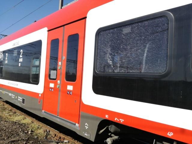 Policja została zawiadomiona o ostrzelaniu pociągu. Jeszcze nie wiadomo, czy sprawca był jeden, czy też było ich więcej. W pociągu uszkodzone zostały cztery szyby
