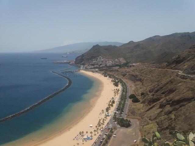 Pusta plaża Las Americas.