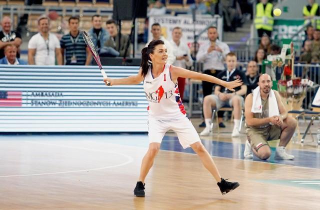 Agnieszka Radwańska nie nudzi się na sportowej emeryturze. Niedawno wzięła udział w charytatywnym meczu Gortat Team - Wojsko Polskie.