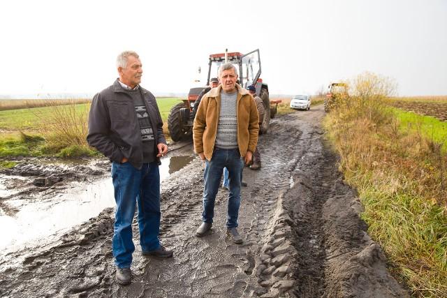 Przez deszcz remontowana nawierzchnia zmieniła się w bagno. Rolnicy nie mogą dojechać na pola.