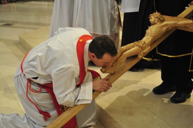 Czy w związku z koronawirusem nie będzie adoracji krzyża w Wielki Piątek?