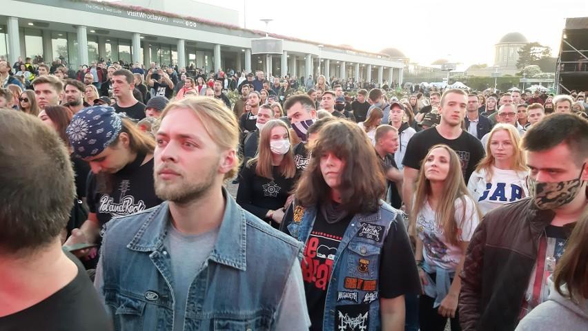 Last Minute Summer Festival to trzy dni koncertów polskich gwiazd. Impreza została zorganizowana w zamian za odwołaną przez pandemię koronawirusa 3-Majówkę. Teraz koncerty mogły się odbyć, ale w specjalnym rygorze sanitarnym. Organizatorzy wyznaczyli specjalne strefy do zabawy dla uczestników, każdy powinien był mieć na sobie przez cały czas maseczkę (choć jak widać na zdjęciach wielu sobie z tego nakazu nic nie robiło), a w kolejce do foodtrucków stać w bezpiecznej odległości od innych osób. Wrocławianie dopisali, liczba uczestników koncertów wzrastała z godziny na godzinę. Na slajdach w galerii przedstawiamy rozwiązania sanitarne przygotowane przez organizatorów, a także pokazujemy, jak mieszkańcy bawili się pierwszego dnia imprezy i czy przestrzegali obostrzeń.