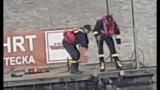 Mężczyzna wpadł do Odry. Tak ratowali go strażacy [FILM Z AKCJI]