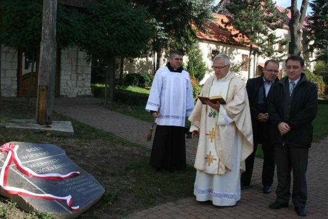 Kamień poświęcił ksiądz Janusz Socha. Obok niego Michał Tęcza oraz Robert Grudzień.