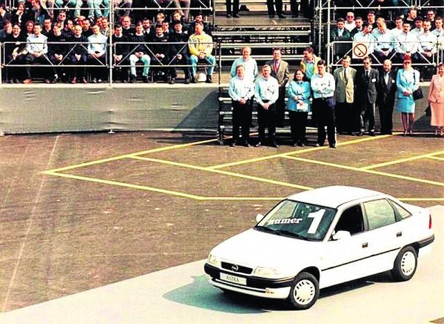 Z taśm produkcyjnych nowej fabryki Opla w Gliwicach zjeżdża pierwszy samochód. To biała astra pierwszej generacji. Ten model produkowany był do 2002 roku.