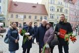 Politycy SLD rozdawali paniom kwiaty na deptaku w Zielonej Górze. Ale promowali też ekologiczne rozwiązania! [ZDJĘCIA, WIDEO]