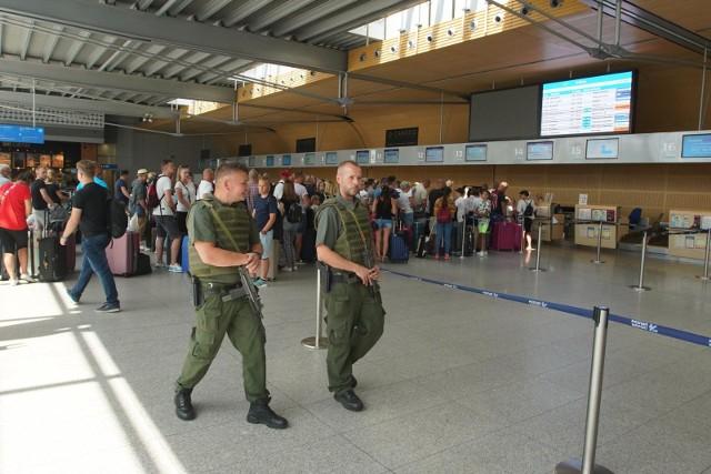 33-letniego obywatela Tunezji zatrzymali 18 lipca funkcjonariusze Straży Granicznej z Poznania-Ławicy. Mężczyzna do kontroli paszportowej okazał sfałszowaną niemiecką kartę pobytu.