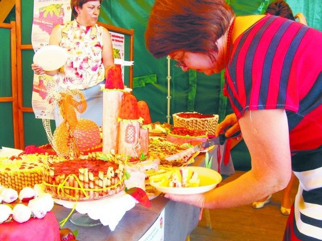 Dni Truskawki w Korycinie. Plantatorzy - to był wyjątkowo udany sezon!Do konkursu na najsmaczniejsze truskawkowe ciasto zgłoszono 16 wypieków. Każdy z nich zasługiwał na miano arcydzieła sztuki kulinarnej. Zwyciężyło ciasto przygotowane przez Karolinę Guryńską z Białous.