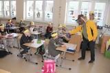 Uczniowie Szkoły Podstawowej nr 3 w Brzezinach spotkali się z pszczelarzem