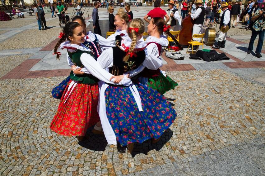 Podlaska Oktawa Kultur to okazja do podziwiania oryginalych tańców, muzyki i obrzędów nie tylko podlaskich zespołów ludowych.