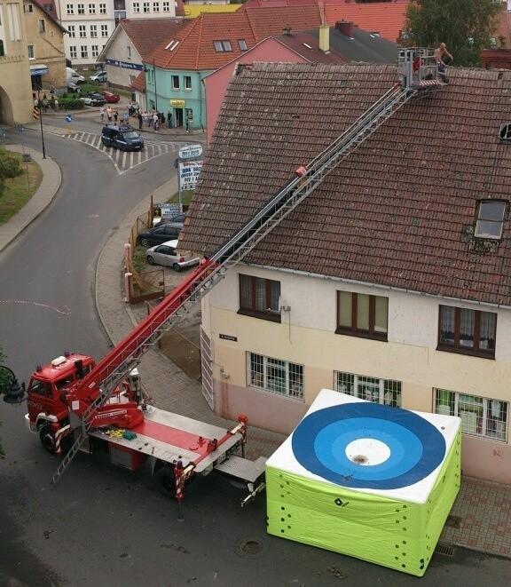 Około godz. 2 w nocy 28-letni mieszkaniec Szczecina wszedł na dach jednego z budynków w Gryficach i przez 13 godzin nie chciał zejść.