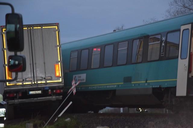 W poniedziałek nad ranem doszło do groźnego wypadku na przejeździe kolejowym w okolicach miejscowości Granowo, niedaleko Grodziska Wielkopolskiego. Pociąg jadący na trasie Wolsztyn - Poznań zderzył się z ciężarówką i wykoleił. Podróżowało nim sześć osób. Nikomu nic się nie stało. Czytaj dalej --->