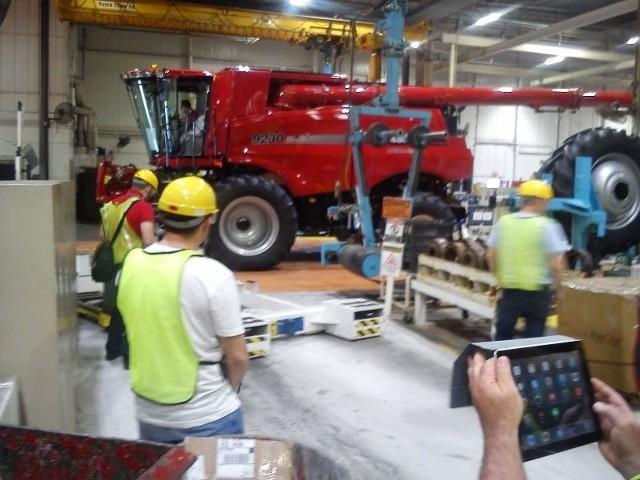 Waldemar Domagała, Rolnik Roku 2013 zwiedził fabryki przedsiębiorstwa Case IH w Stanach Zjednoczonych. Zobaczył, jak wygląda produkcja ciągników i kombajnów.