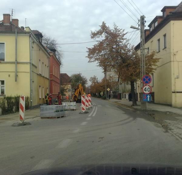 W związku z remontem chodnika przy ul. Powstańców Śląskich drogowcy musieli wprowadzić zwężenie jezdni.