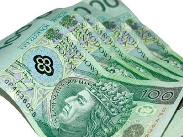 Szacunkowy koszt rocznej ochrony w bankach wynosi 504 zł, 900 zł i 750 zł.