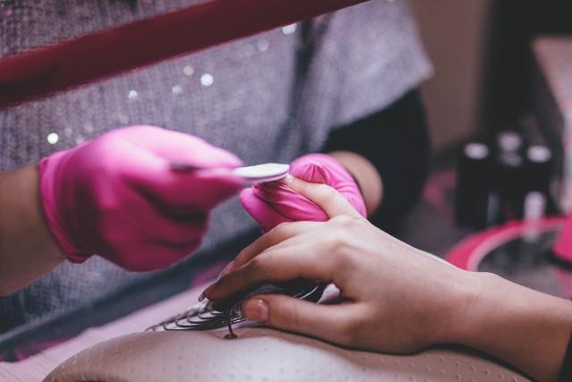 Modne paznokcie na lato 2021 Latem stawiamy na kolory w manicure - od różu gumy balonowej, przez słoneczną pomarańczę po delikatną lawendę i miętową zieleń - modne na lato kolory paznokci nie są zaskoczeniem.kolor, który dominuje i trafił prosto na szczyt listy najmodniejszych kolorów paznokcie na lato 2021. Ten kolor to hit w stylizacji paznokci w 2021 roku!Zobacz najmodniejsze paznokcie na lato 2021 i sprawdź, czy znajdziesz pomysł na manicure idealny dla siebie >>>>>