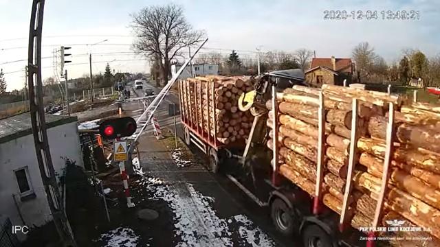 Groźna sytuacja miała miejsce na przejeździe kolejowym w Szamotułach. Ciężarówka przejechała na czerwonym świetle mimo opadających rogatek