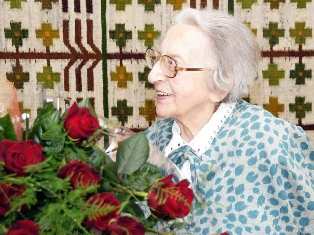 Czcigodna Jubilatka z bukietem kwiatów od prezydenta Inowrocławia