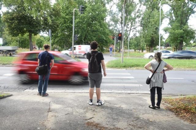 Od 1 czerwca piesi mają pierwszeństwo na przejściu dla pieszych i w momencie gdy na nie wchodzą. Kierowca musi zatrzymać się na widok pieszego dochodzącego do przejścia.