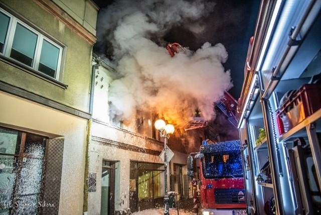 Pożar w Krotoszynie wybuchł w nocy z soboty na niedzielę. Z ogniem walczyły trzy zastępy straży pożarnej. Nikt nie odniósł obrażeń. Zobacz zdjęcia z nocnej akcji gaśniczej w Krotoszynie