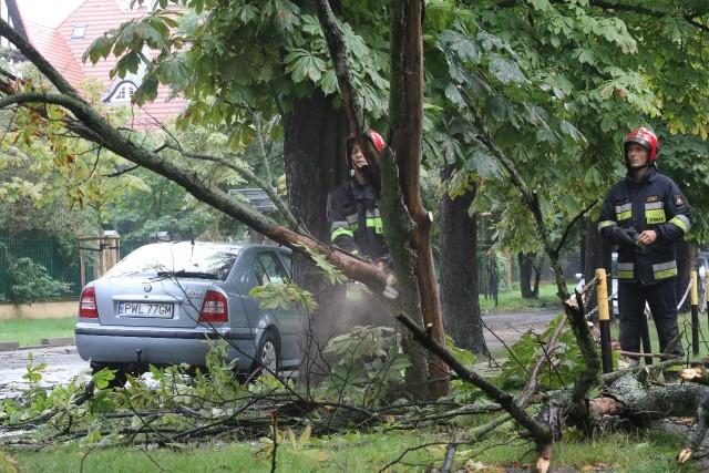 Około godziny 16 we Wrocławiu mocno padało i przeszła burza.