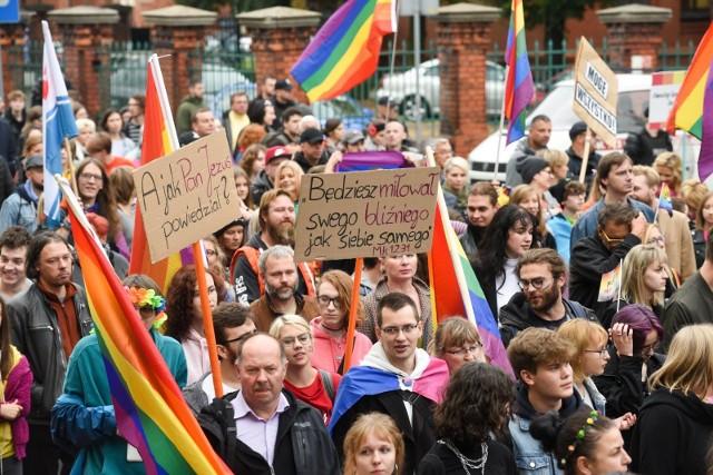 """Ponad połowa ankietowanych uważa, że pary homoseksualne w Polsce powinny mieć prawo do zawierania związków partnerskich - wynika z sondażu Kantar dla """"Gazety Wyborczej""""."""