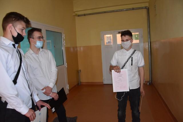 Rozdanie świadectw w czasie pandemii w Myszkowie w ZS nr 1