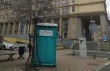 Wątpliwa ozdoba centrum Katowic. Przy głównych ulicach Śródmieścia stanęły toi toie. Urzędnicy twierdzą, że przez... koronawirusa