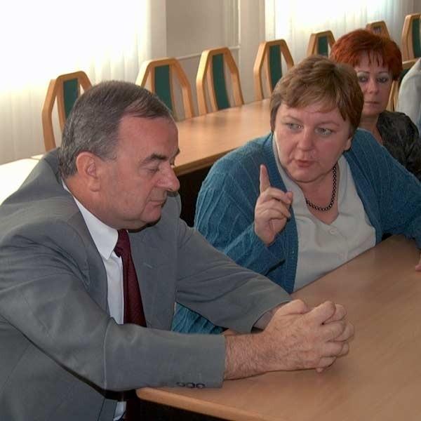 Urszula Malińska (na zdjęciu)  szefowa mieleckiej Solidarności, w piątek będzie reprezentować interesy pokrzywdzonych pracowników. Postara się także pomóc m.in. wicestarosta Józef Smaczny (z lewej).